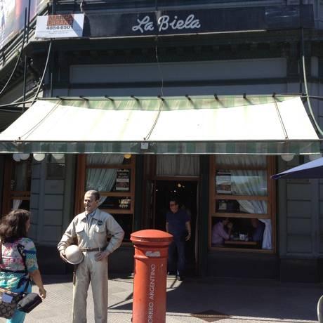 Estabelecimentos da capital argentina, como o Café La Biela, aceitam pagamento em moeda estrangeira Foto: Janaína Figueiredo / Janaína Figueiredo