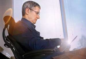 Tim Cook com seu iPad Foto: Bloomberg