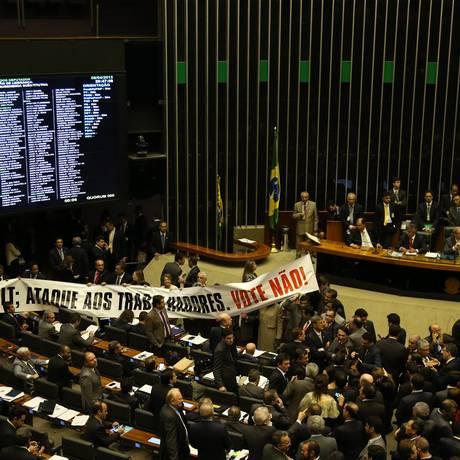 Em meio a protestos, o plenário da da Câmara aprovou na noite desta quarta-feira (08) o texto principal do PL 4330/04 Foto: Ailton de Freitas / Agência O Globo