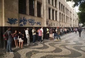Em frente ao prédio do Ministério do Trabalho, no Centro do Rio, fila para obter carteira profissional e seguro-desemprego Foto: Adriana Lorete / O Globo/16-03-2015