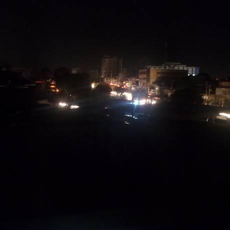 A Av. Djalma Batista, na zona Centro-Sul de Manaus, foi uma das que ficaram às escuras na noite desta quinta Foto: Henrique Saunier / Divulgação