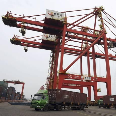 Porto de Rizhao, na China Foto: AP