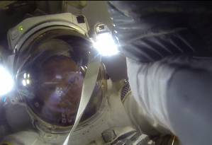 Astronauta Virts fazendo uma selfie momentânea aos 39m37s do vídeo da EVA #31 na Expedição 42 da ISS Foto: Carlos Alberto Teixeira / Captura do vídeo oficial
