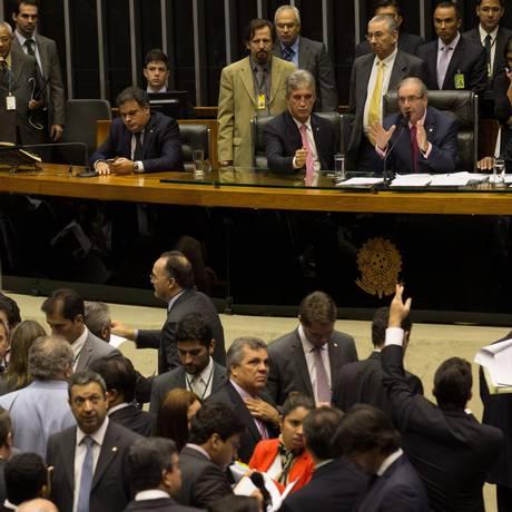 O deputado Eduardo Cunha, presidente da Câmara, durante a sessão que debateu, mais uma vez, o projeto de lei 4330, que regulamenta a terceirização de mão de obra Foto: ANDRE COELHO/Agencia O Globo / Agência O Globo