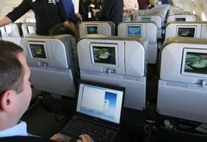 Homem acessa a rede Wi-Fi de um Airbus A320: vulnerabilidade a hackers Foto: Mark Lennihan / AP