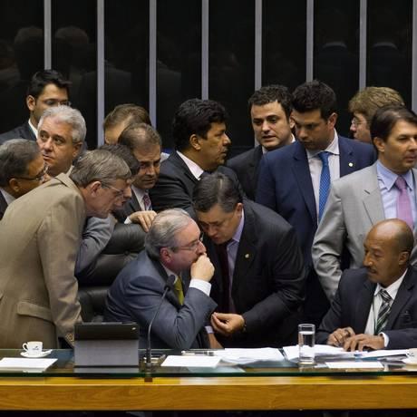 Deputado Eduardo Cunha, presidente da Câmara, é cercado por parlamentares da oposição e aliados do governo na tentativa de acordo para a votação Foto: André Coelho / Agência O Globo