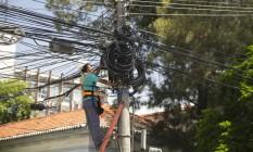 Emaranhado de fios em poste na Praia Vermelha Foto: Márcia Foletto / O Globo
