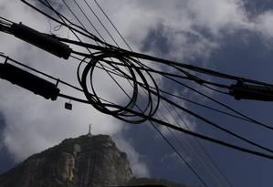 Fiação de energia elétrica na Lagoa Foto: Marcia Foletto / O Globo