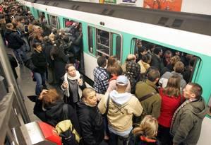 Trem de Paris em horário de rush: relatos de assédio sexual contra mulheres Foto: Remy de la Mauviniere / AP