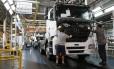 Mercedes-Benz justificou demissões alegando que, com a economia desaquecida, vem sofrendo com a queda das vendas