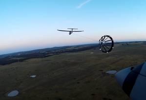 Dois drones em fase de alinhamento autônomo com o cone (drogue) Foto: Reprodução / YouTube