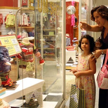 05.05.2007 - Fabio Rossi - EC - Dia das Mães - Shemara Oliveira e a filha Clarisse, na vitrine do Mercado Infantil, no Shopping Rio Sul. Foto: Fábio Rossi / Agência O Globo