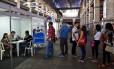 Candidatos preenchem ficha de emprego no Rio