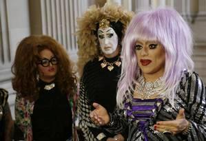 As drag queens Lil Ms. Hot Mess, Sister Roma e Heklina (da esquerda para a direita) falam sobre sua batalha com o Facebook Foto: Eric Risberg / AP