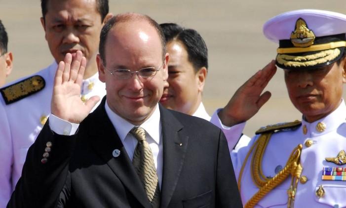 Príncipe Albert de Monaco acena ao chegar no aeroporto de Bangkok Foto: Udo Weitz / BLOOMBERG