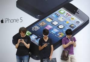 Pessoas usando seus smartphones: relatos de ansiedade de ficar sem o aparelho cresce em consultórios Foto: Akio Kon/ / Agência O Globo