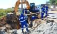 Operários trabalham na drenagem e infraestrutura no município de Itaboraí (RJ)