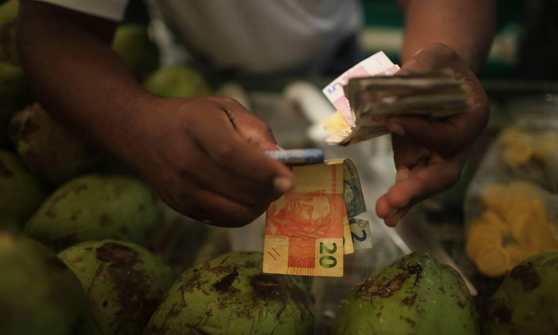 Menos dinheiro: queda da renda impediu país de melhorar IDH em 2015 Foto: Dado Galdieri / Bloomberg