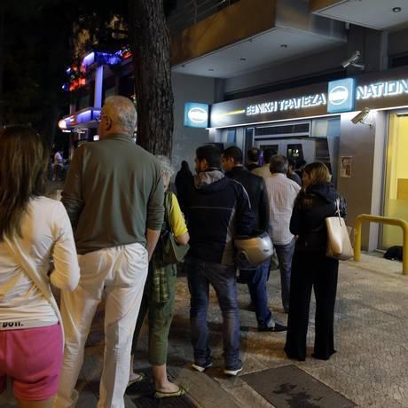 Após convocação de referendo sobre acordo da dívida pelo premier Alexis Tsipras, no início da madrugada de sábado (horário local), gregos correm aos caixas eletrônicos Foto: Thanassis Stavrakis / AP