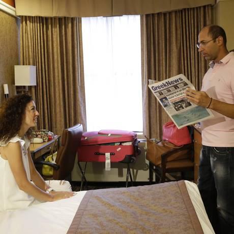 Konstantinos Patronis lê notícias sobre a Grécia no hotel em Manhattan, onde passou três semanas em lua de mel com a mulher, Valasia Limnioti. Sonho se tornou pesadelo ) Foto: Mary Altaffer / AP