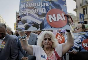 Mulher carrega cartaz durante manifestação nesta quinta-feira: