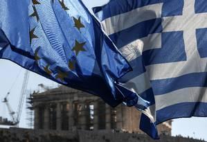 Bandeiras da União Europeia e da Grécia em Atenas Foto: Yorgos Karahalis / Bloomberg