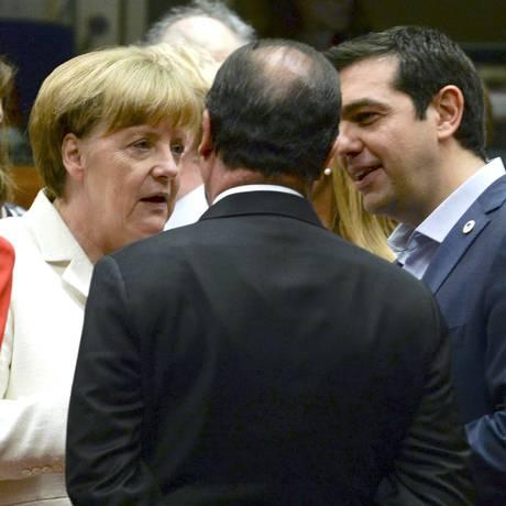 Primeiro ministro grego Alexis Tsipras (dir.), a chanceler alemã Angela Merkel (esq.) e o presidente da França François Hollande conversam na cúpula dos líderes da zona do euro Foto: Reuters