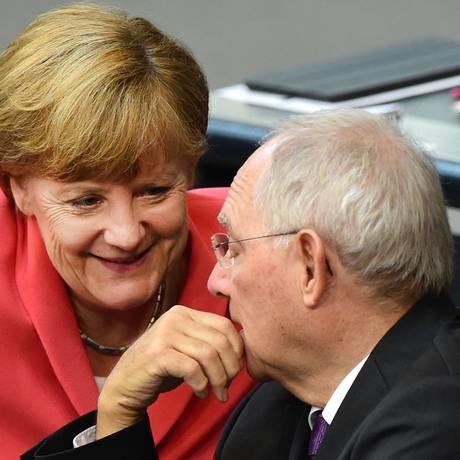 Merkel e Schaeuble durante debate no parlamento alemão Foto: JOHN MACDOUGALL / AFP