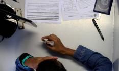 Jovem se cadastra em uma agência da Secretaria Estadual de Trabalho e Renda, no Centro do Rio Foto: Custódio Coimbra / Agência O Globo
