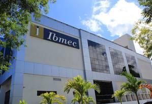 Fachada do campus do Ibmec na Barra da Tijuca BA - Rio de Janeiro - 5/11/2015. Fachada do Ibmec, na Barra da Tijuca. Foto: Agência O Globo