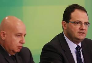 Os ministros da Fazenda, Nelson Barbosa (dir.) e Valdir Simão, do Planejamento Foto: Michel Filho / Agência O Globo