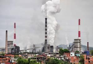 Chaminés da Usiminas em Ipatinga, no Vale do Aço Foto: Leonardo Morais / Agência O Globo