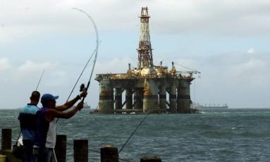 Plataforma de petróleo a caminho da entrada da Baía da Guanabara Foto: Gabriel de Paiva / 20/10/2015 / Agência O Globo