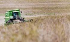 Colheita de soja numa plantação no Paraná Foto: Guito Moreto / Agência O Globo