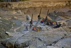 Trabalhadores operam máquinas na obra de Belo Monte Foto: Dado Galdieri / Bloomberg