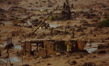 Tragédia. Acidente em Mariana: barragem de rejeitos de Fundão se rompeu e gerou uma enxurrada de lama Foto: Daniel Marenco / Agência O Globo