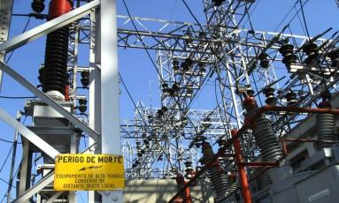 Tranformadores e linhas de energia em estação de distribuição da Eletropaulo Metropolitana, da AES, em São Paulo Foto: Bloomberg News / Marcos Issa