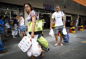 Lista menor. Maria Lúcia e seu filho, Carlos dos Santos, reduziram itens de sua cesta de compras Foto: Guito Moreto / Agência O Globo