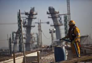 Briga. Obras da OAS no Rio em 2013. Investimento da Funcef ocorreu um mês antes do início da Lava-Jato Foto: Dado Galdieri / Bloomberg News / 09/05/2013