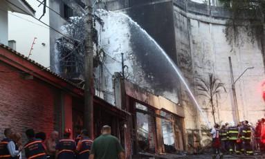 Bombeiros controlam chamas após queda de monomotor em São Paulo Foto: Marcos Alves