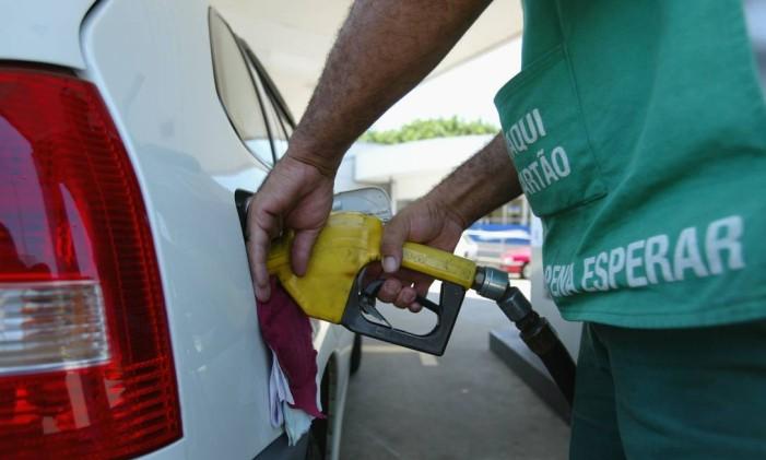 Frentista abastece veículo em posto de combustível no Rio. Foto: Domingos Peixoto / O Globo