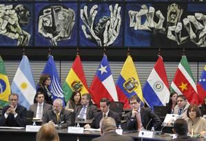 Delegrações dos exportadores de petróleo latino-americanos Colômbia, Equador, México e Venezuela se reúnem na sede da Unaul, em Quito Foto: Guillermo Granja / Reuters