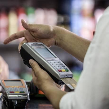 Ao pagar contas, consumidores buscam descontos em programas de crédito e fidelidade Foto: Agência O Globo