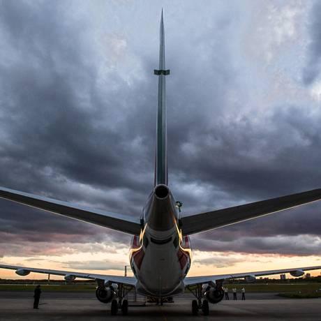 Aeronave Embraer 175 no pátio do aeroporto de São José dos Campos, São Paulo Foto: Yasuyoshi Chiba / AFP