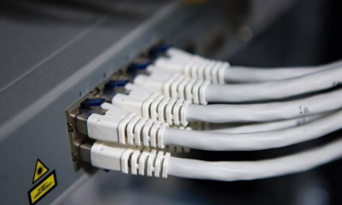 Cabos de rede ligados a computador Foto: Mario Proenca / Bloomberg