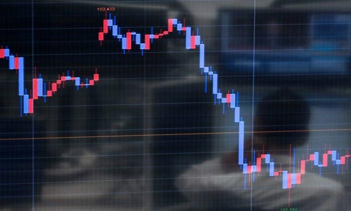 Saber como está a cotação do mercado ajuda na hora de comprar divisas Foto: Yuriko Nakao / Bloomberg