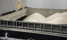 Carga de exportação de açúcar em navio atracado no Porto de Santos Foto: Paulo Fridman / 10/11/2015 / Bloomberg