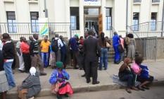 Zimbabuanos formam fila para retirar dinheiro em agência bancária no centro de Harare Foto: Tsvangirayi Mukwazhi / AP