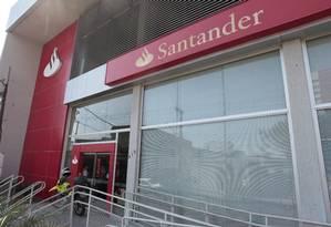 Agência do banco Santander em Nova Iguaçu Foto: Fabiano Rocha / Agência O Globo