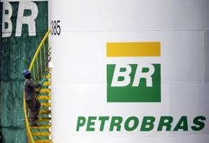Trabalhador pinta tanque da Petrobras em Brasília Foto: Reuters / Ueslei Marcelino / 30/09/2015